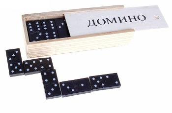 Домино в белой деревянной коробке